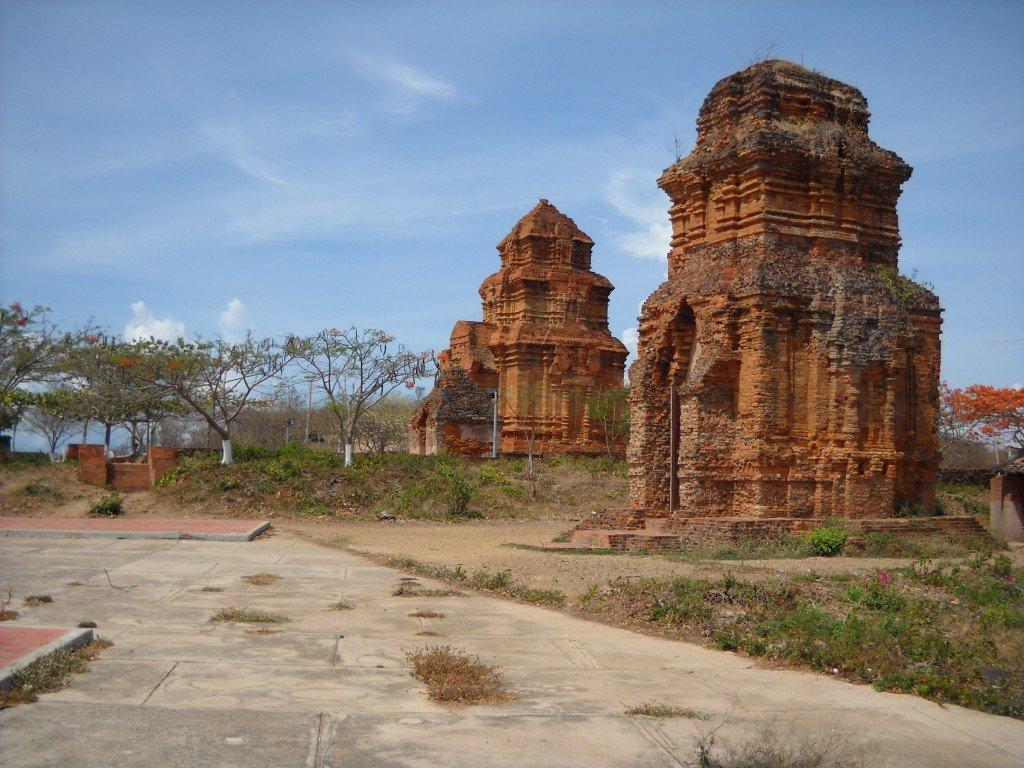pagodas gemelas binh thuang